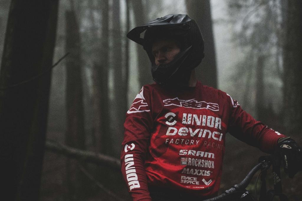 Видео: В Unior Devinci Factory Racing появился Канадский райдер