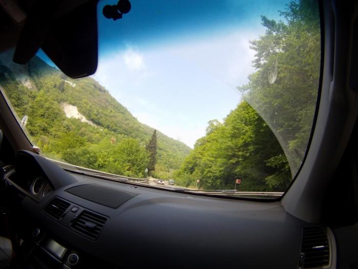 вид дороги из машины