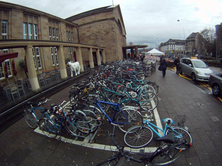 Велопарковка около вокзала города Базель, Швейцария