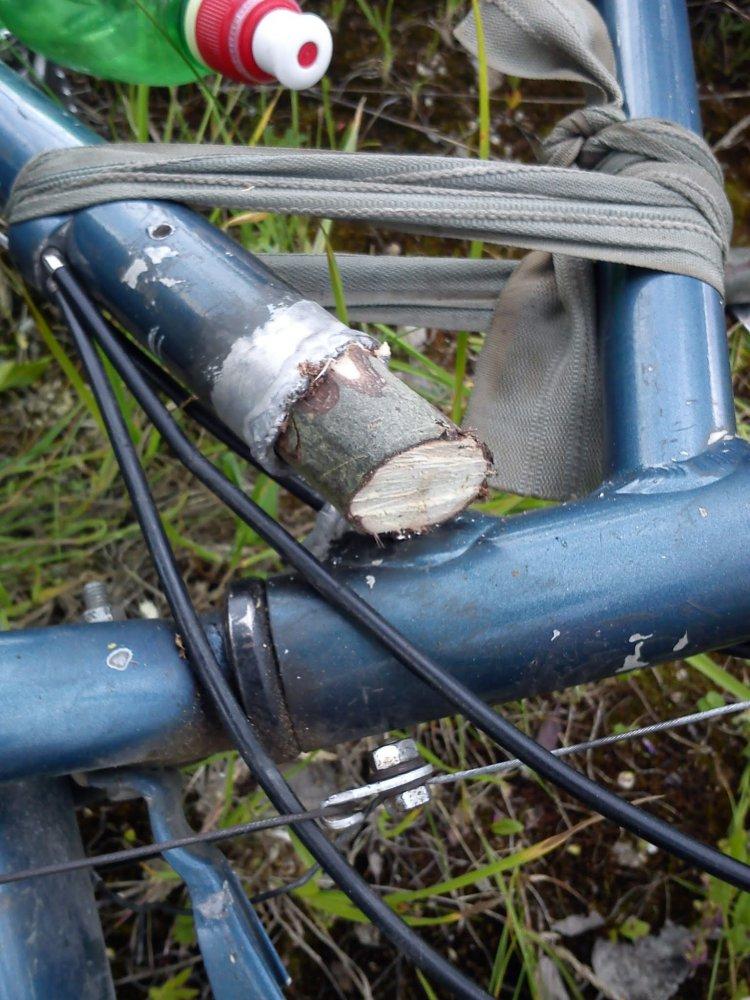 Аккуратно срезанная ножём сорокасантиметровая палка забитая в трубу.