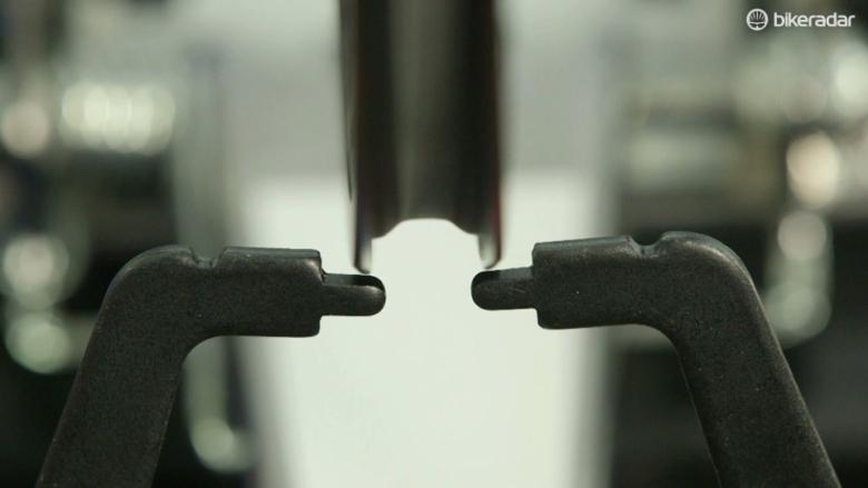 О горном велосипеде: Каким образом исправить восьмерку на колесе и поменять спицы